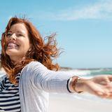 Frau genießt den Strandurlaub