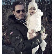 Prinzessin Madeleine von Schweden grüßt mit diesem Foto von Mann Chris und Tochter Leonore. Ganz schön cool, die zwei!