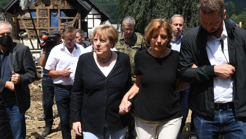 Hand in Hand durch das Katastrophengebiet: Die Bundeskanzlerin stützt die Ministerpräsidentin