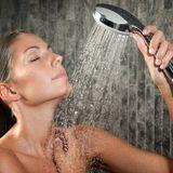 Frau beim Duschbad
