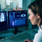 Ärztin nach Lungen-CT