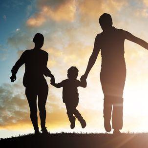 Familie läuft zusammen in den Sonnenuntergang