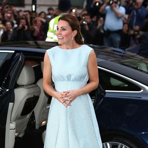 Im April 2013 strahlte Kate in einem eisblauen Dress von Emilia Wickstead. Dazu kombinierte sie Pumps von Rupert Sanderson.e