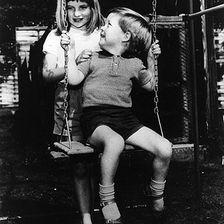 Eigentlich hätte sie ein Junge werden sollen ... 1964 wird endlich der langersehnte Erbe, ihr kleiner Bruder Charles, geboren.
