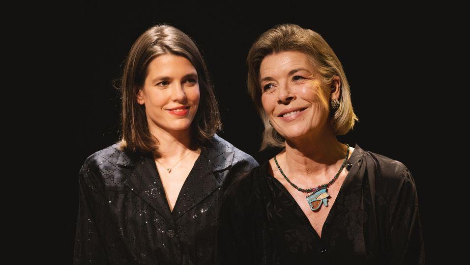 Im eleganten Partnerlook: Hier begeistern Mutter und Tochter in Abendgarderobe