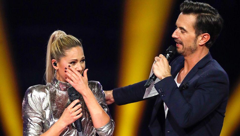 Tränen auf der Bühne! Trotz Trennung Arm in Arm