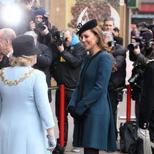 Zum 150. Jubiläum der Londoner U-Bahn kam Kate in einen Mantel von By Malene Birger. Kronprinzessin Mary besitzt das gleiche Modell.