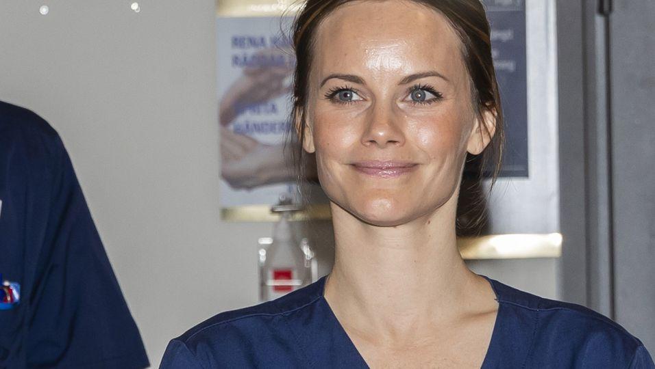 Fröhliches Lächeln & in Schwestern-Kleidung: Sie tritt ihren Dienst im Krankenhaus an