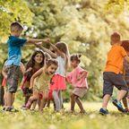 Kinder spielen, Charakter Kinder, Kinderspiele spielen