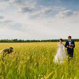 Hochzeitspaar und Fotograf im Kornfeld