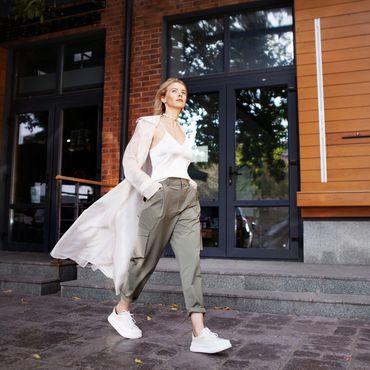 Frau genießt den Frühling in Sneakers