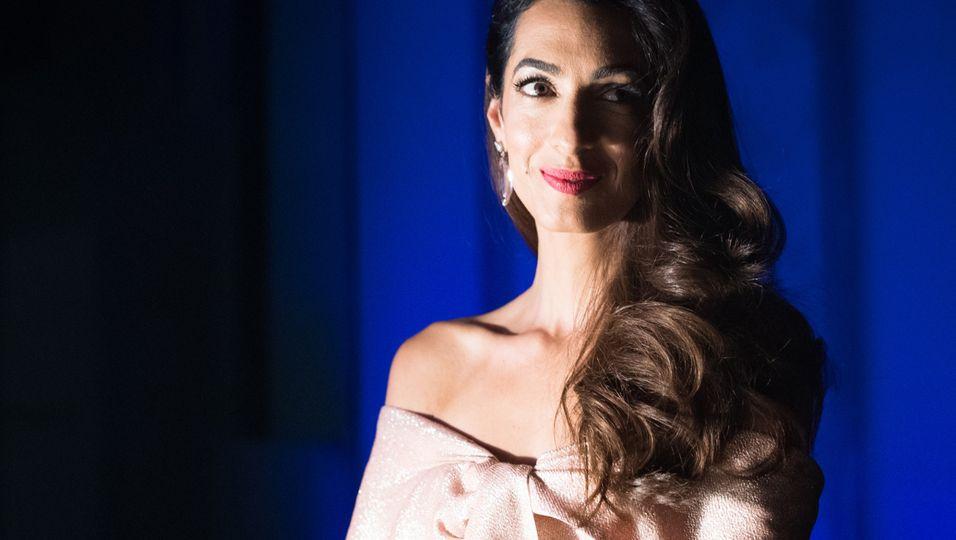 Amal Clooney - Nach Babybauch-Gerüchten: Dieses Kleid könnte eine Wölbung perfekt kaschieren