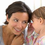 Mutter hört Tochter zu
