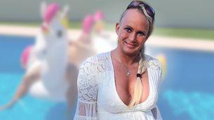 Nahtlose Bräune: Sie sonnt sich nackt im Pool