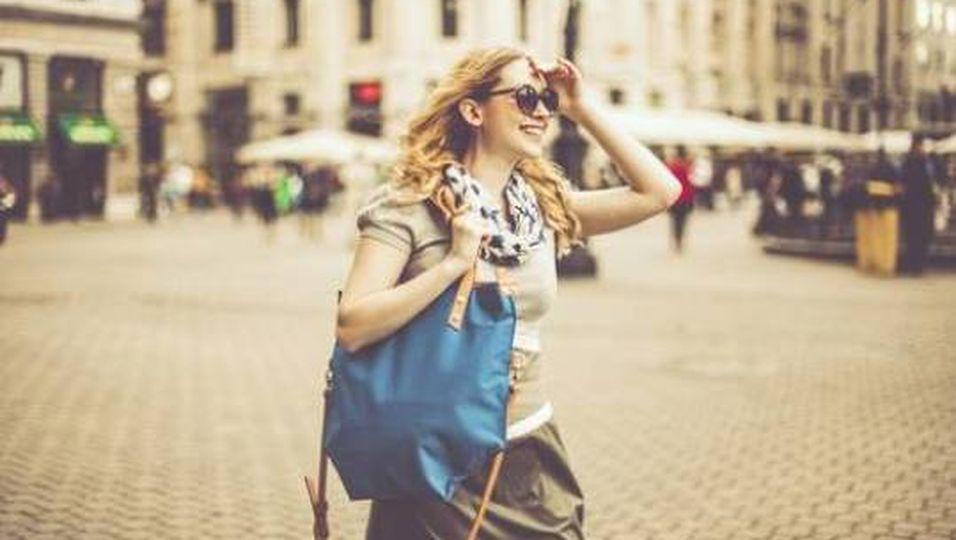 Rückenschmerzen & Co.: So schädlich sind große Handtaschen