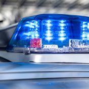Das Blaulicht an einem Polizeiwagen leuchtet.