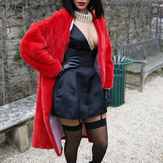 Spaß oder Ernst? Das wussten die restlichen Besucher der Fashion Week Paris auch nicht. Rihannas Look war Tuschelthema Nummer eins.