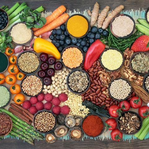 Tisch mit Obst, Gemüse, Getreide und Bohnen.