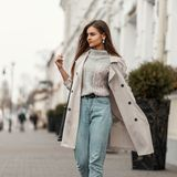 Frau in Outfit mit Jeans