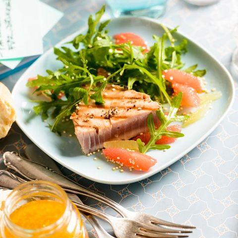 Fettreicher Meeresfisch - etwa Thunfisch - ist eine natürliche Nahrungsquelle für die Omega-3-Fettsäuren DHA und EPA.