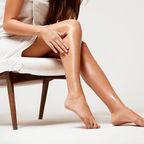 Frau betrachtet ihre Beine