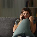 Frau wählt Notruf