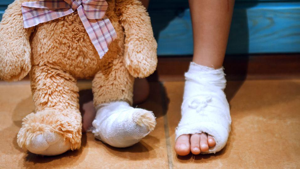 Kind verbrennt sich Füße auf Wasserspielplatz (Symbolbild)