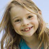 Blondes Mädchen mit Zahnlücken