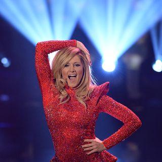 Helene Fischer in einem roten Jumpsuit.