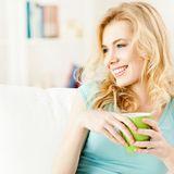 Wer auf der Couch grünen Tee trinkt, tut sich auch von Innen etwas Gutes