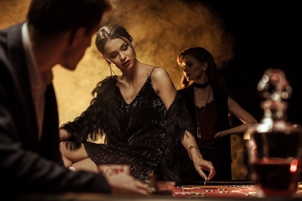 Frau in Casino mit pailletten-besetztem Kleid