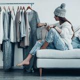 Frau bei der Kleiderauswahl