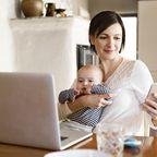 arbeitende Mutter mit baby