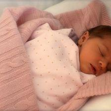 So klein, so süß: Leonore kurz nach ihrer Geburt – sie wurde in eine rosa Decke eingewickelt.