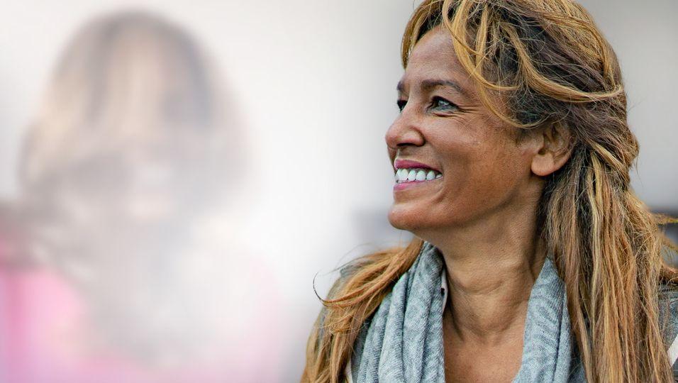 Fluffiges Haar, pinker Pullover: So kennen wir sie noch nicht