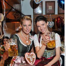 Auch Giulia Siegel und Sophie Wepper vergnügten sich am Dienstag bei der Thomas Sabo Wiesn.