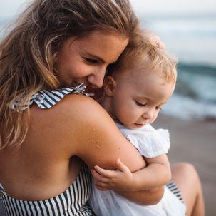 Mutter mit Baby am Strand