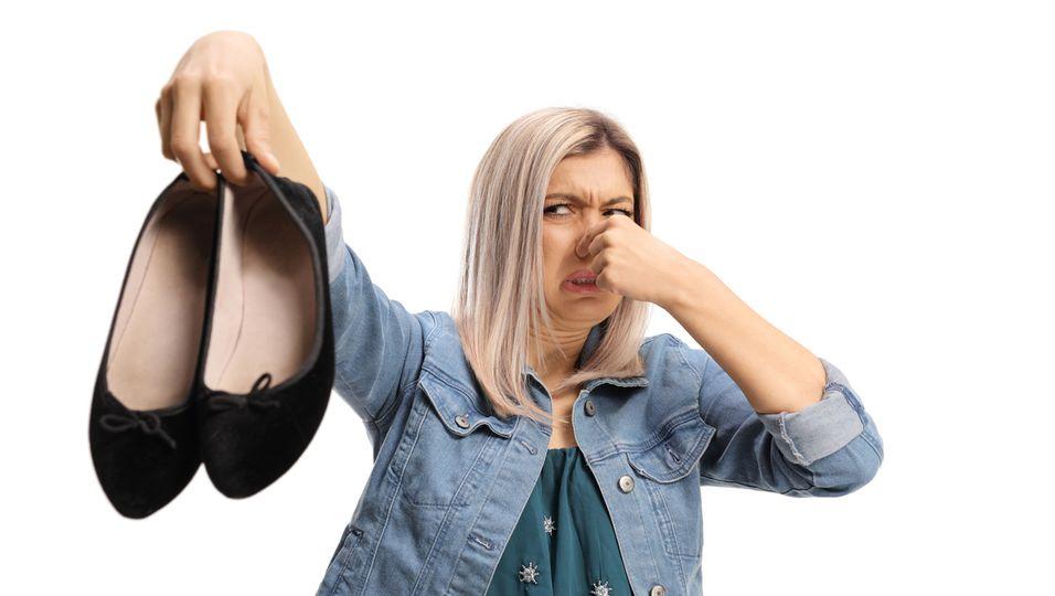 Frau mit stinkenden Schuhen