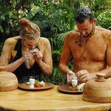 Larissa Marolt und Michael Wendler bei ihrer sechsten und letzten Dschungeltherapie: Sie sollen ein fermentiertes Ei essen.