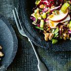 Kernig und herzhaft schmeckt dieser Dinkel-Apfel Salat mit Walnüssen.