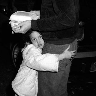 Angelina Jolie als kleines Kind mit ihrem Vater Jon Voight