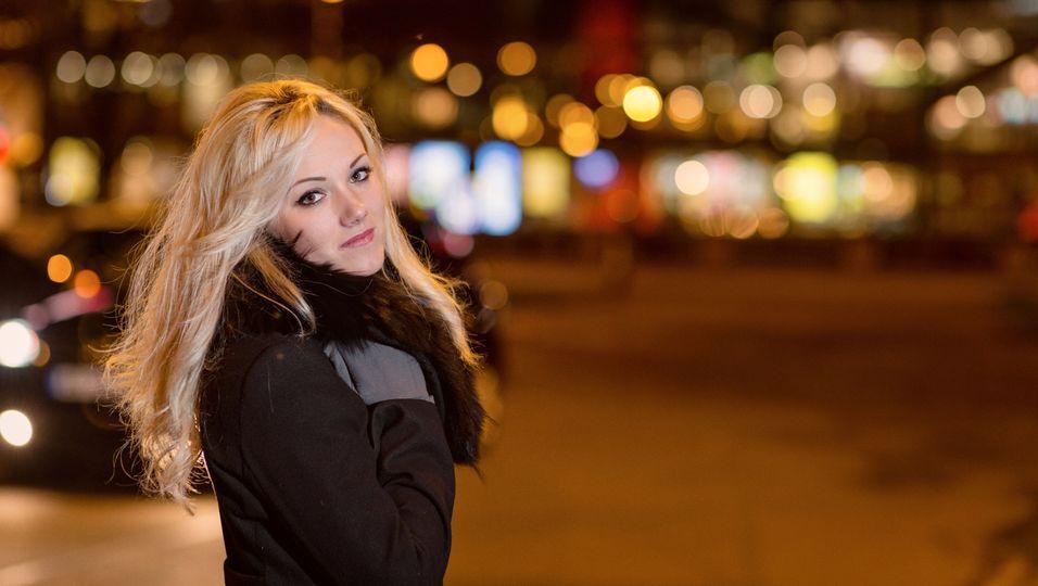 Junge Frau allein nachts in der Stadt