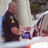 Zu schnell!: Polizei stoppt verzweifelten Autofahrer - und wird zum wahren Freund und Helfer