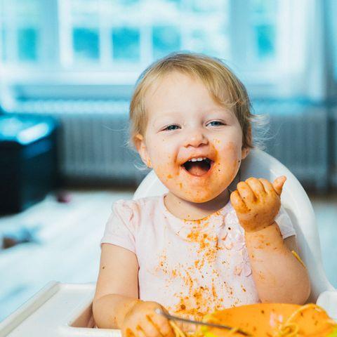 Ein Kleinkind hat Spaß beim Essen