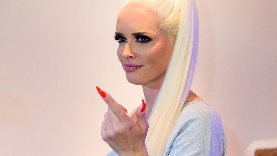 """Oben ohne und mit schwarzem Haar – Fan: """"Viel besser als blond"""""""