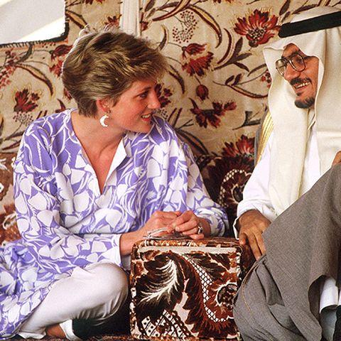 Ihre Looks passt sie ihren Reisezielen an: Prinzessin Diana 1986 bei einem Besuch in Saudi-Arabien