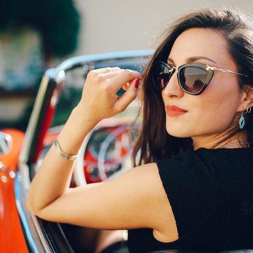 Frau mit cooler Sonnenbrille