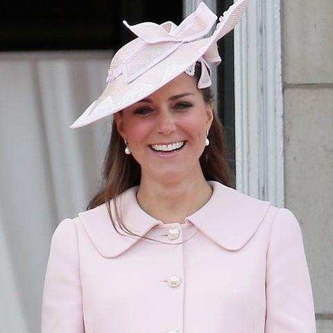 Bei ihrem letzten öffentlichen Auftritt vor dem Mutterschutz lächelte Kate in einem Mantelkleid mit Bubikragen von Alexander McQueen.