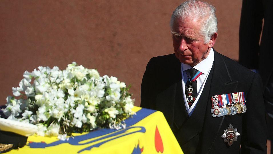 Den Tränen nah: Prinz Charles voller Trauer hinter seinem Sarg