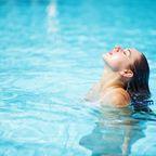 Frau im Pool mit nassen haaren